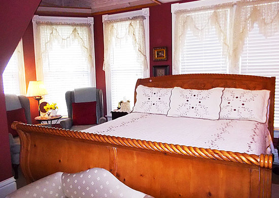 Iron Horse Inn: The Captains Room with King Bed