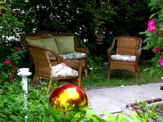 Iron Horse Inn: Garden Sitting Area
