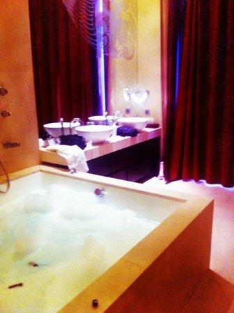 Buddha-Bar Hotel Budapest Klotild Palace: Corner Suite Bathroom