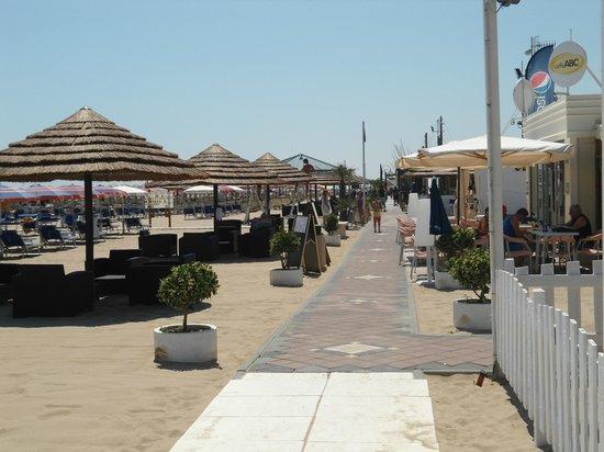 Hotel de France: Wandelpad op strand