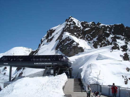 Kaunertaler Gletscher: Karlesjoch 3108 m/üM, über dem Kaunergletscher mit Sicht bis in die Bündnerberge der Schweiz