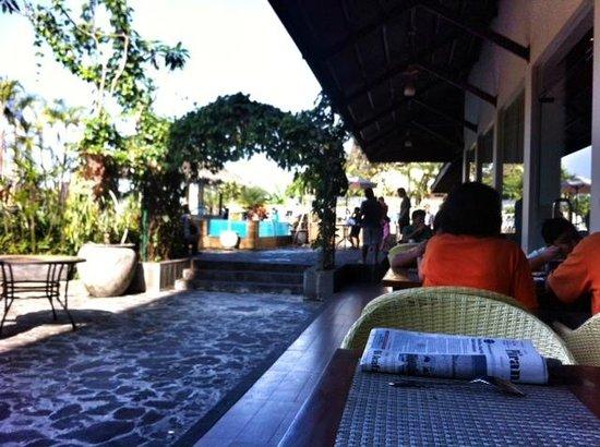 Banana Inn Hotel & Spa: Breakfast menghadap ke kolam renang
