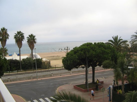 Hotel Sorra Daurada Splash : railway line & beach from balcony