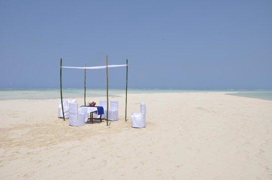 Waikiki Zanzibar Resort: Our ceremony took place on a floating sand bar