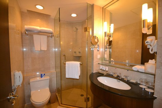 Grand Mercure Beijing Central: Salle de Bain, Douche & WC