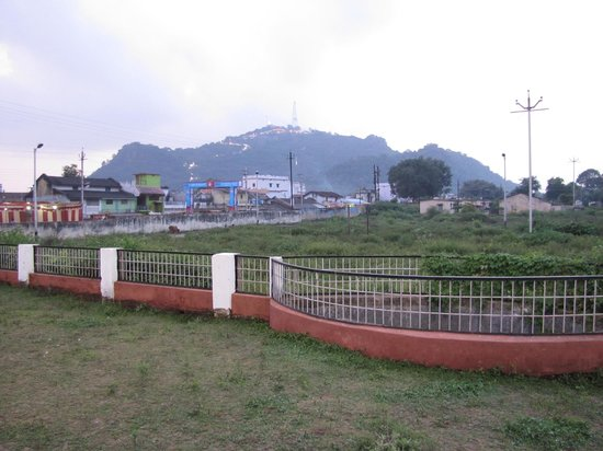 Rajnandgaon, India: View of the Mata Balmeswari temple(hill) from the Dongargarh railway station. A walkable