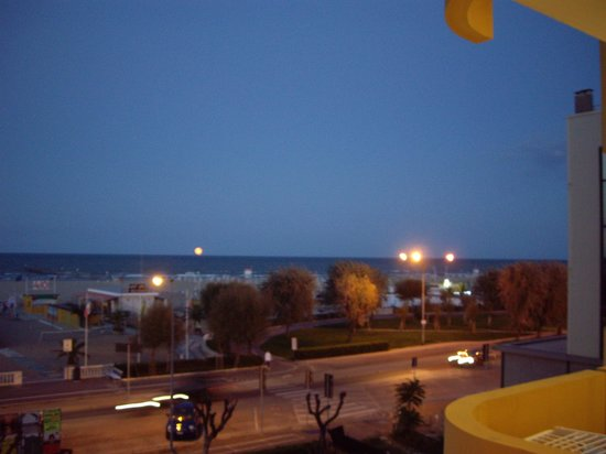 Residence Hotel Piccadilly: Rimini beach view from Piccadilly Hotel room