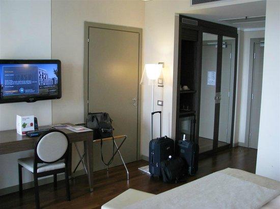 Ramada Plaza Milano: Camera vista dal letto