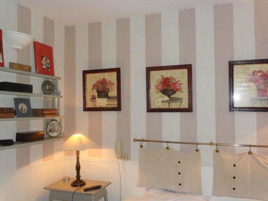 Hotel de l'Avre: Accessories in the room.