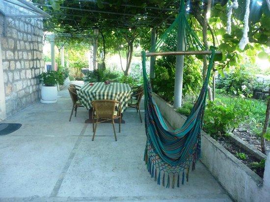 Bokun Guesthouse: 共有のお庭テラス