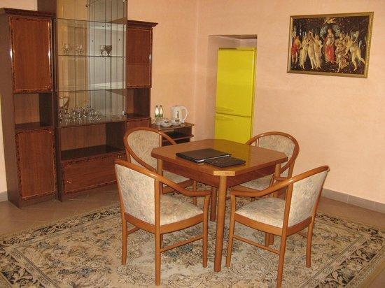 Hotel Giuseppe: удобная гостиная с чайно-кофейным столиком (холодильник не слышно!)