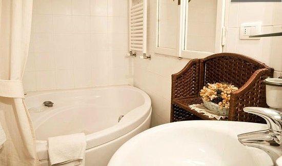 Florentia Apartments: En suite bathroom Diamante Apartment
