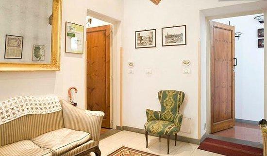 Florentia Apartments: Main entrance