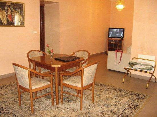 Hotel Giuseppe: Удобная гостиная с маленьким диванчиком для отдыха у телевизора