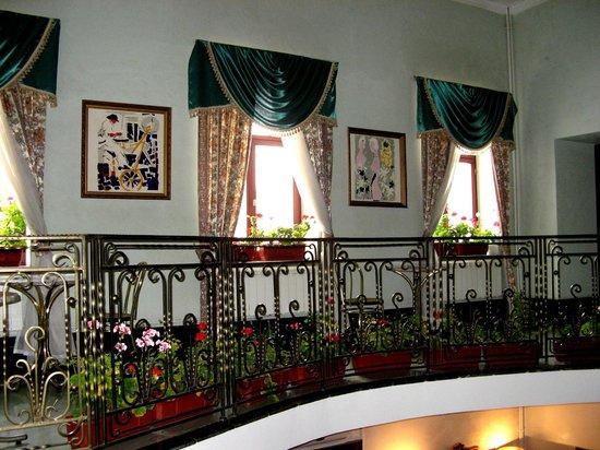 """Hotel Giuseppe: интерьер гостиницы """"Джузеппе"""". цветники с роскошными геранями"""