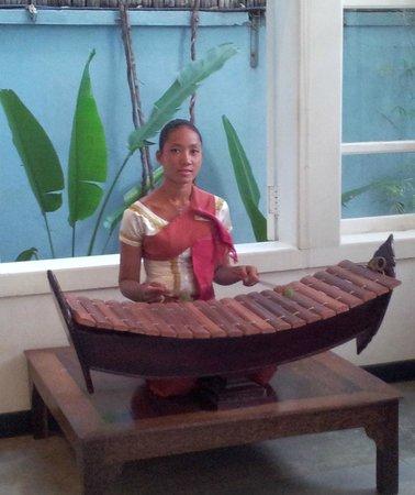 Frangipani Villa Hotel, Siem Reap: Traditional music playing in hotel lobby