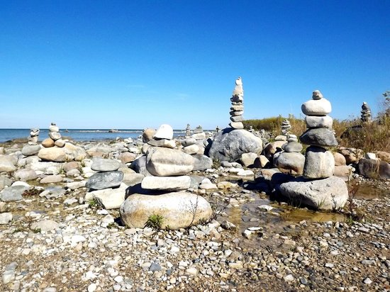 Grand Traverse Lighthouse Museum: Rocky beach at the lighthouse