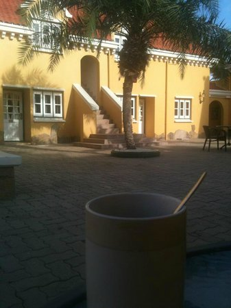 Amsterdam Manor Beach Resort: Morning coffee in the courtyard