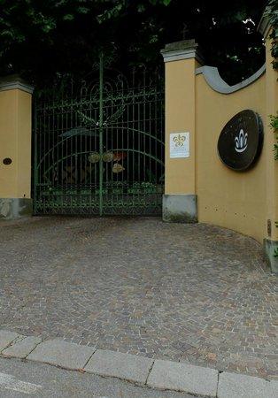 Ristorante Gualtiero Marchesi: 車が近付くと自動で開くゲート