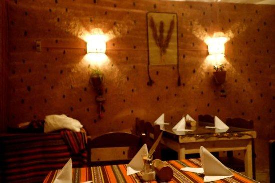 Quinoa: vue de l'interieur avec les feuilles de coca au mur