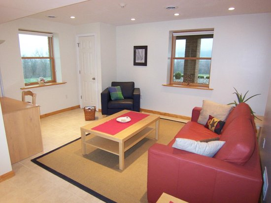 Gettysburg Suites : Sitting area with workspace and queen sofa bed