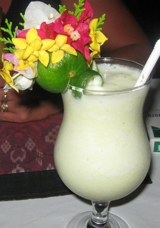 Blue Moon Villas : Pina Colada and fresh flowers