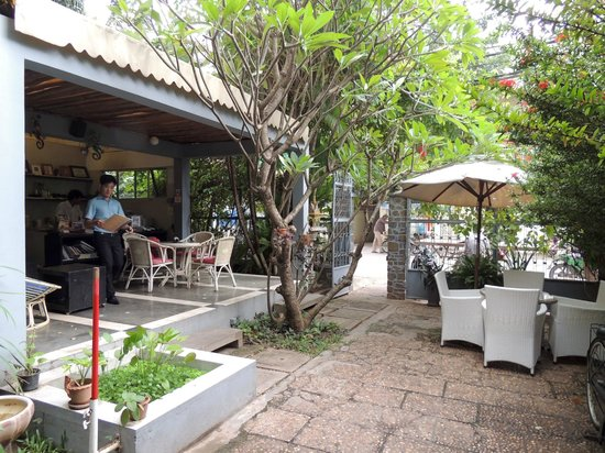 Frangipani Villa-60s Hotel: Frangipani outside area
