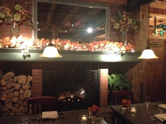Harrison's Restaurant & Bar: Lovely fall decor...perfect and warm...total New England charm!