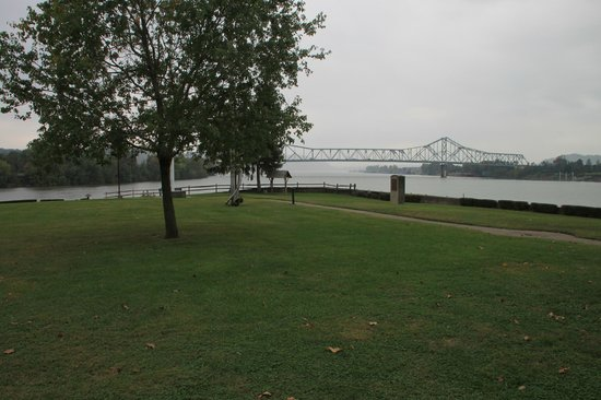 Tu-Endie-Wei State Park: The point, with the Ohio on the left and the Kanawha to the right.