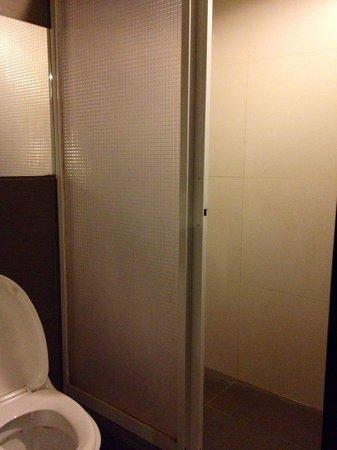 Travelers Pod : Bathroom