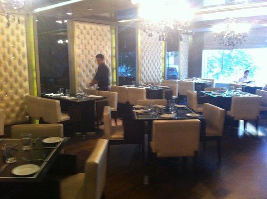 Almondz Hotel: Restaurant