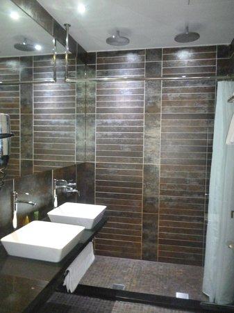 Roomzzz Manchester City: Bathroom - grande studio