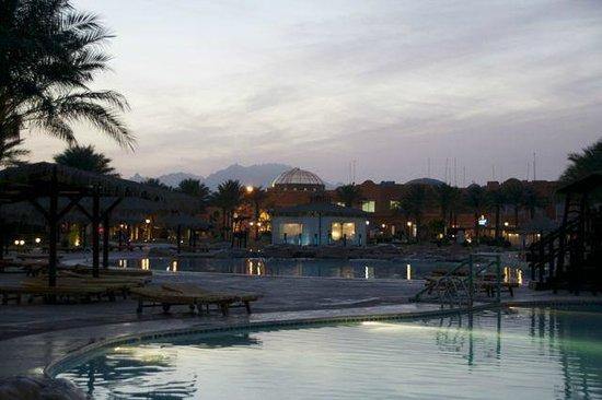 Caribbean World Resorts Soma Bay: Вид на вечерний отель. Красив, ведь, правда?!