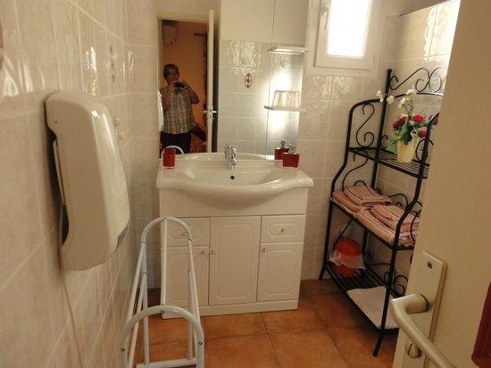 Rocca Rossa B&B : La salle d'eau