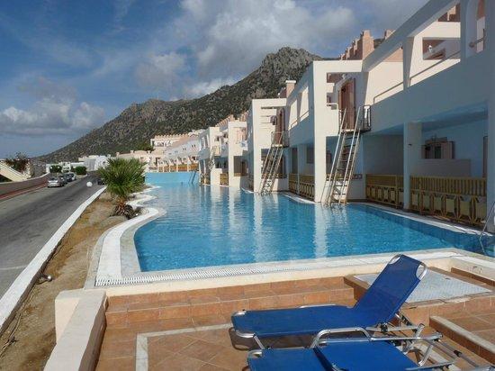 Zwembad Op Balkon : Kamers met eigen trappen of balkon aan het zwembad foto van
