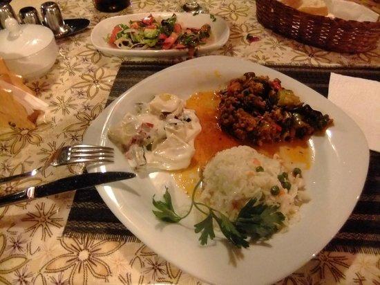 Akay Pension: Abendessen, Moussaka und Salat