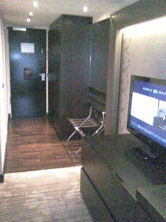 Hilton Munich Park: Blick zur Zimmertür (rechts Kleiderschran)