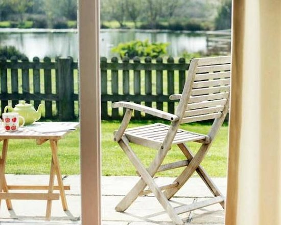 Pollaughan Holiday Cottages: Relaxing on the patio in Willows garden
