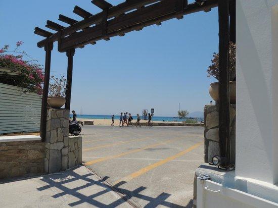 Aegeon Hotel: Beach is across road