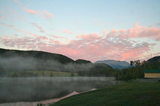Toad River Lodge: The lake at sunrise