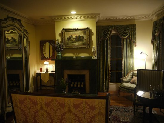 Captain Farris House Bed & Breakfast : The Library with Port and Sherry