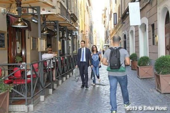 iRooms Spanish Steps: Via Vittoria - iRooms à direita, La Buvette, onde servem o café da manhã à esquerda