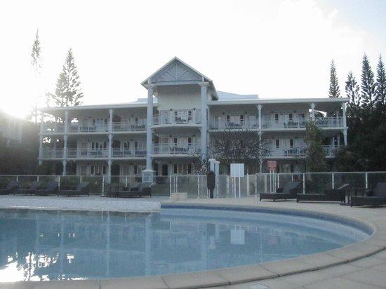 Résidence La Plantation & Spa : bâtiment des chambres vu de la piscine
