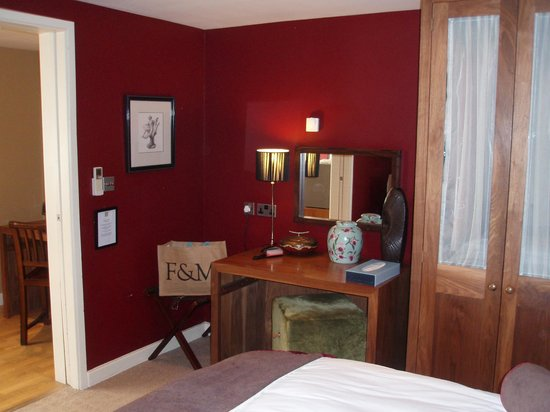 Feversham Arms Hotel & Verbena Spa : Dressing table & wardrobe in bedroom