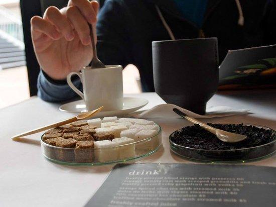 Hemelhuijs: Espresso, sugar cubes, black salt, chai latte