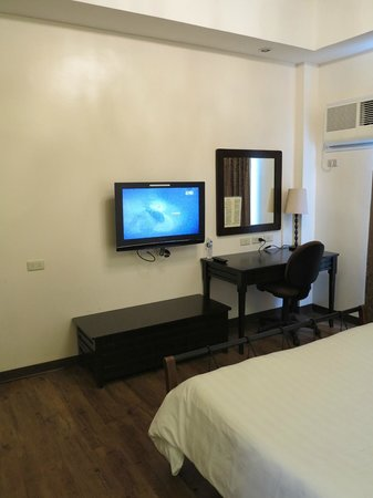Anisabel Suites: Cable TV with Side Table and Mirror