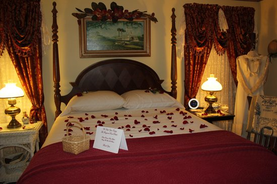 Red Bluff Cottage: Rose Petal Turndown