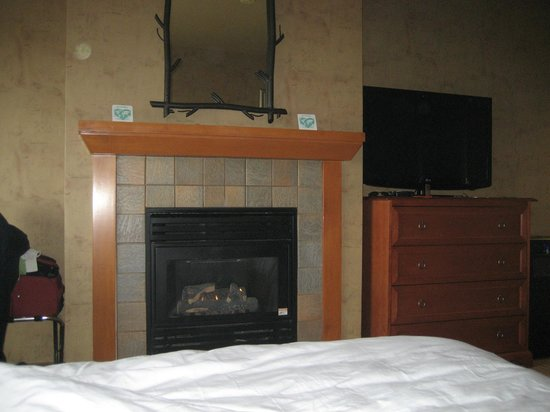 Quinault Beach Resort and Casino: fireplace in room