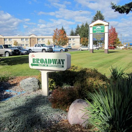 Broadway Inn Conference Center: Hotel Entrance