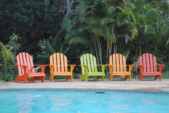 Emdoneni Lodge: Colourful chairs at the pool